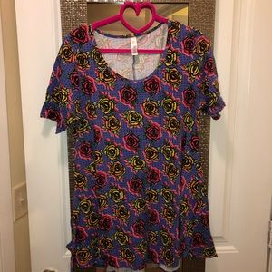 Medium Lularoe Perfect Tee (with slits)
